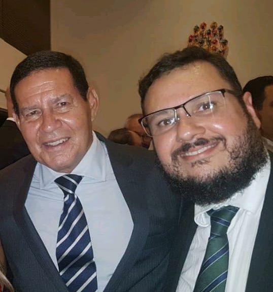 Presidente da República em Exercício, Gen. Hamilton Mourão e o presidente da RelataSoft, Mauro Leonardo Cunha em evento em S. Paulo.
